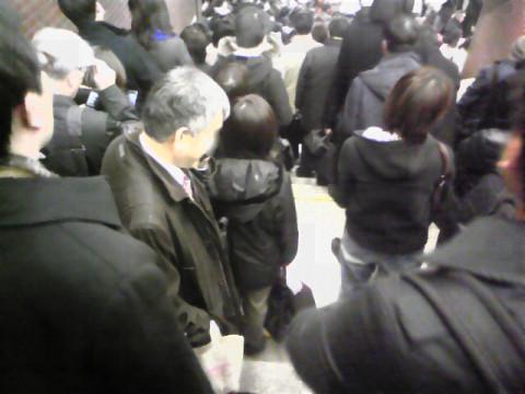 帰宅困難者でごった返す東京駅の階段